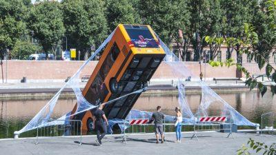 Spider-Man salva un autobus a Milano per pubblicizzare il gioco PS4